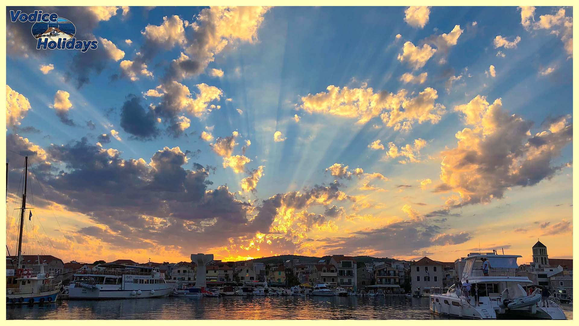 Vodice Stadthafen am frühen Abend